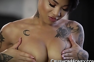 Multiracial beauty Honey Gold fucks her pussy with her pink dildo